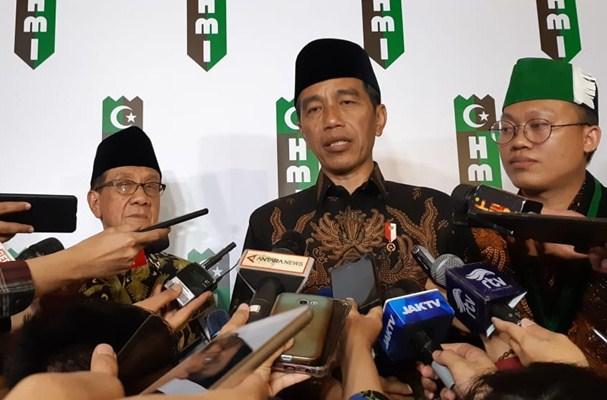 Presiden Joko Widodo dan Akbar Tandjung (kiri) memberikan keterangan resmi kepada media seusai menghadiri Perayaan HUT HMI ke-72 di kediaman Akbar Tandjung, Selasa (5/2/2019). - Bisnis.com