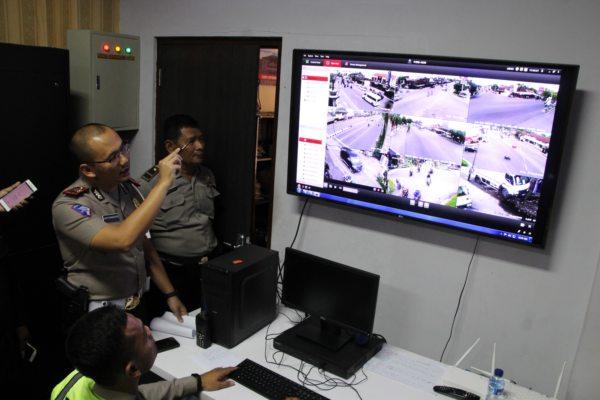 Petugas memantau layar yang menyajikan tampilan 10 kamera CCTV di enam wilayah Klaten di Mapolres Klaten, Senin (14/1/2019). - Bisnis/ Taufiq Sidik Prakoso