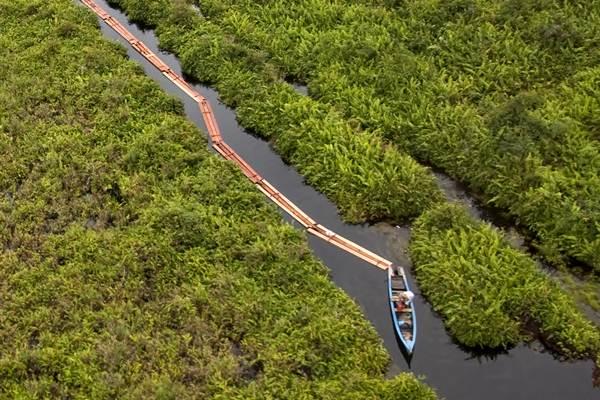 Perahu dioperasikan untuk menarik kayu yang diduga hasil pembalakan liar, melalui kanal di hutan penyangga Cagar Biosfer Giam Siak Kecil-Bukit Batu di Kabupaten Bengkalis, Riau, Jumat (24/2). - Antara/FB Anggoro