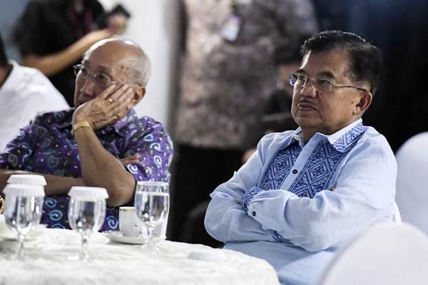 Wakil Presiden Jusuf Kalla (kanan) bersama Ketua Tim Ahli Wapres Sofjan Wanandi (kanan) menyaksikan siaran langsung Debat Pertama Capres & Cawapres 2019 di rumah dinasnya di Jalan Diponegoro, Jakarta, Kamis (17/1/2019). - ANTARA/Hafidz Mubarak A