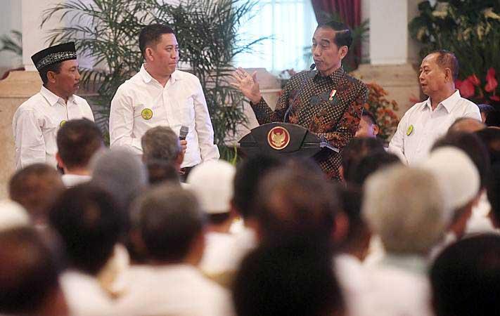 Presiden Joko Widodo (kedua kanan) berdialog dengan petani tebu saat acara silaturahmi di Istana Negara, Jakarta, Rabu (6/2/2019). - ANTARA/Akbar Nugroho Gumay