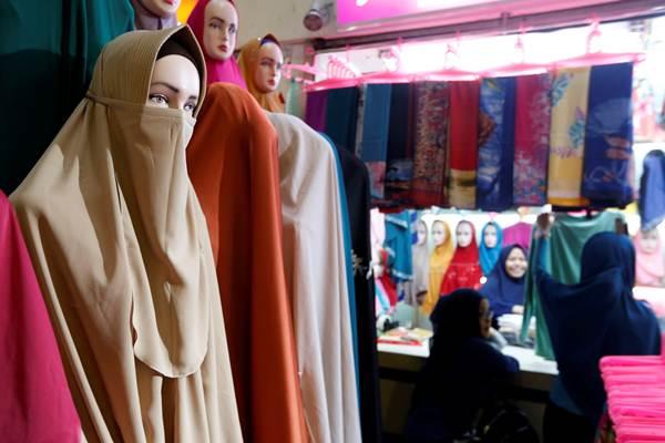 Pengunjung berbelanja di toko busana muslim, di Jakarta, Rabu (7/3/2018). - REUTERS/Willy Kurniawan