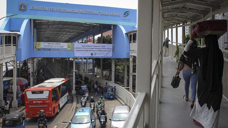 Pejalan kaki melintasi Skybridge atau Jembatan Penyeberangan Multiguna (JPM) Tanah Abang di Jakarta, Jumat (7/12/2018). Uji coba lintasan Skybridge dilakukan mulai Jumat (7/12/2018) dan dibuka bagi para pejalan kaki mulai pukul 07.00 hingga pukul 18.00. - Antara/Dhemas Reviyanto
