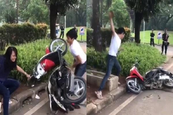 Cuplikan video seorang pria yang merusak motor karena ditilang