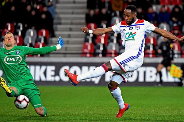 Pemain Lyon Moussa Dembele (kanan) menjebol gawang Guingamp. - Twitter@OL