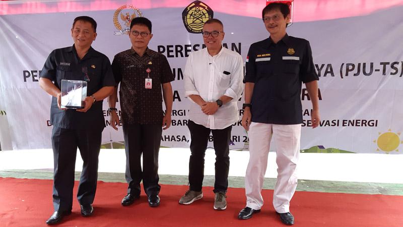 Dirjen EBTKE Kementerian ESDM Rida Mulyana (kanan) bersama dengan Anggota Komisi VII DPR Bara P. Hasibuan (kedua dari kanan), Kepala Dinas ESDM Sulawesi Utara BA Tinungki (kedua dari kiri, dan Kepala Dinas Perdagangan Kabupaten Minahasa Moudy Lontaan dalam peresmian 300 titik Lampu PJU-TS di Sulawesi Utara, bertempat di Kecamatan Sonder, Minahasa, Jumat (8/2/2019). - Bisnis/David E. Issetiabudi