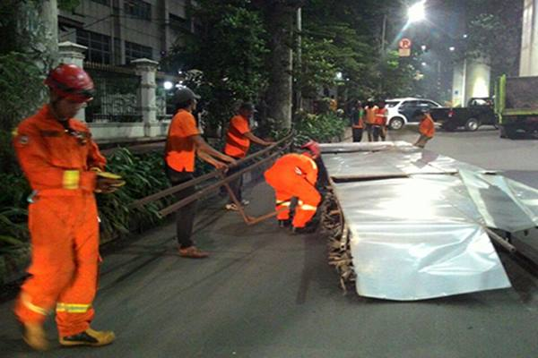 Reklame di Jembatan Penyebrangan Orang (JPO) Jalan Casablanca Raya, Setiabudi, Jakarta Selatan ditertibkan petugas, Sabtu (22/10) dinihari. - Beritajakarta.com