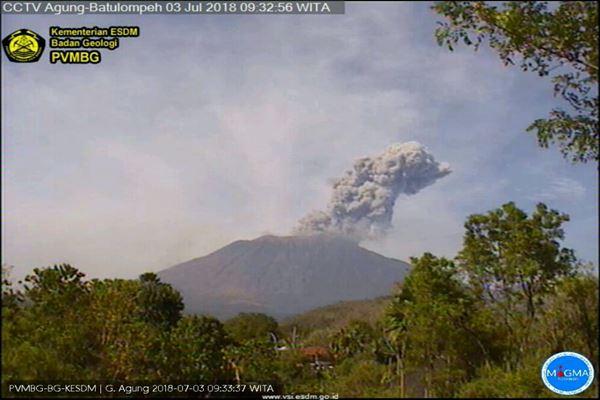 Gunung Agung di Bali erupsi pada Selasa (3/7). - Dok. PVMBG