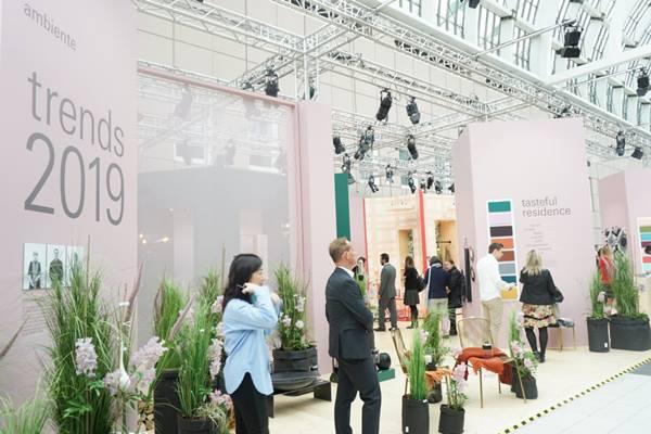 Suasana area pameran Ambiente 2019 di Frankfurt Fair & Exhibition Center pada Jumat (8/2/2019) waktu setempat. Pameran barang-barang konsumen (consumer goods) yang terdiri atas tiga segmen, yakni Living, Giving, dan Dining ini dipadati ribuan pengunjung pada hari pertama dibuka. (Maria Y. Benyamin - Bisnis).