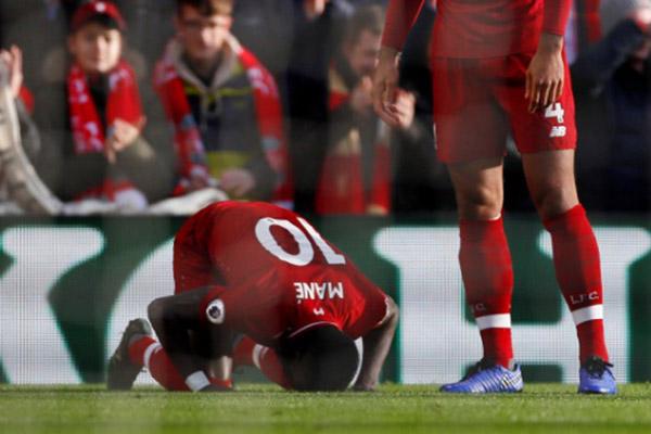 Penyerang Liverpool Sadio Mane melakukan sujud syukur selepas menjebol gawang Bournemouth. - Reuters/Jason Cairnduff