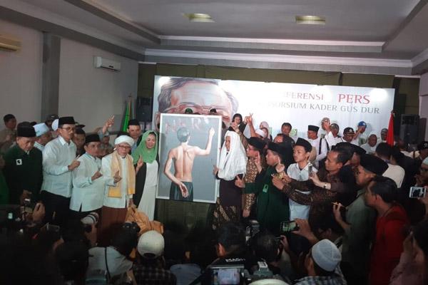 Putri kedua almarhum Abdurrahman Wahid, Yenny Wahid menunjukkan lukisan pria menulis NKR tanpa I usai resmi mendukung calon presiden dan wakil presiden Joko Widodo-Maruf Amin, Rabu (26/9/2018). - Bisnis/Muhammad Ridwan