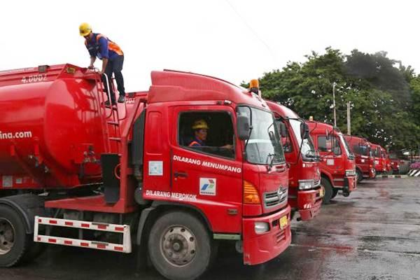 Awak mobil tangki (AMT) bersiap melakukan pengisian bahan bakar minyak ke dalam mobil tangki Pertamina - JIBI/Nurul Hidayat
