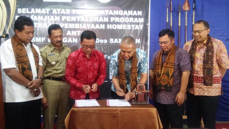 Direktur PT SMF Trisnadi Yulrisman (ketiga kanan) dan Ketua BUMDes Samiran Widodo, disaksikan oleh Direktur Utama Ananta Wiyogo (Kedua Kanan) dan Direktur Heliantopo (kanan), menandatangani nota kesepahaman untuk penyaluran pembiayaan homestay di Desa Samiran, Selo, Boyolali, Jawa Tengah, Senin (11/2/2019). - Bisnis/Anggi Oktarinda