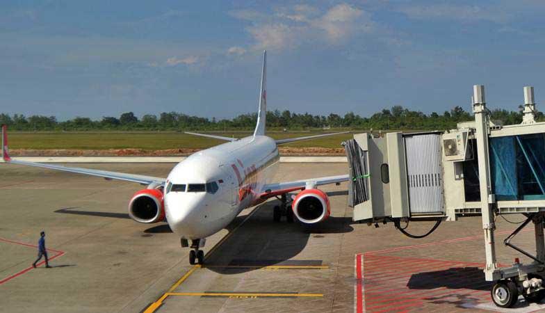 Petugas bandara memandu pesawat udara setelah mendarati di Bandara Internasional Minangkabau (BIM), Padangpariaman, Sumatra Barat, Kamis (24/1/2019). - ANTARA/Iggoy el Fitra
