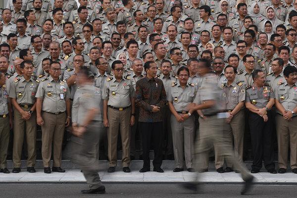 Presiden Joko Widodo (tengah) didampingi Menteri Agraria dan Tata Ruang/Badan Pertanahan Nasional (ATR/BPN) Sofyan Djalil (keempat kanan) bersiap untuk mengikuti sesi foto usai pembukaan Rakernas Kementerian ATR/BPN di Istana Merdeka, Jakarta, Rabu (6/2/2019). Presiden menginstruksikan jajaran Kementerian ATR/BPN untuk mendorong pemda-pemda menyiapkan Rencana Detail Tata Ruang (RDTR) terutama untuk kawasan dengan potensi ekonomi serta daerah rawan bencana. - Antara/Akbar Nugroho Gumay