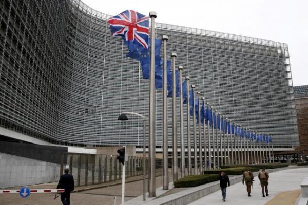 Tentara Belgia mengamankan markas besar Uni Eropa di Brussels. Bendera Inggris Union Jack nampak berkibar di sebelah bendera Uni Eropa menjelang kunjungan PM Inggris David Cameron ke Belgia (29/1/2016). -  Reuters/Francois Lenoir