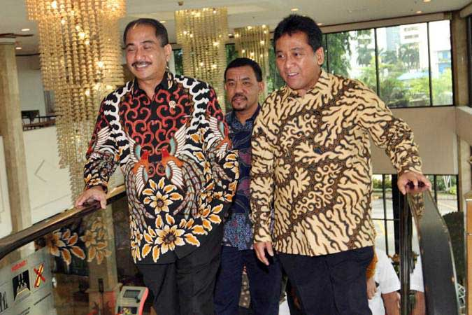 Menteri Pariwisata Arief Yahya (kiri) didampingi Ketua Umum Perhimpunan Hotel dan Restoran Indonesia (PHRI) Hariyadi Sukamdani (kanan) berjalan bersama untuk menghadiri pembukaan Rapat Kerja Nasional IV PHRI, di Jakarta, Senin (11/2/2019). - Bisnis/Dedi Gunawan