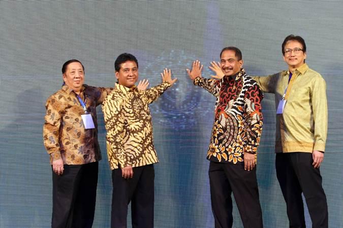 Menteri Pariwisata Arief Yahya (kedua kanan) bersama Ketua Umum Perhimpunan Hotel dan Restoran Indonesia (PHRI) Hariyadi Sukamdani (kedua kiri), Bendara Umum Stefanus Ridwan S ( kiri), dan Wakil Ketua Umum Bidang Organisasi Maulana Yusran menekan layar sentuh sebagai tanda pembukaan Rapat Kerja Nasional IV PHRI, di Jakarta, Senin (11/2/2019). - Bisnis/Dedi Gunawan