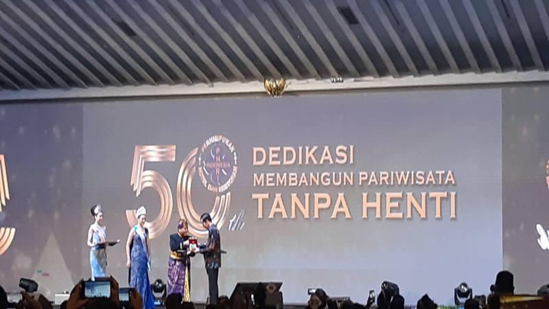 PHRI memberikan anugerah Bapak Pariwisata Nasional kepada Presiden Joko Widodo (Jokowi), Senin (11/2). JII/Bisnis - Yanita Petriella