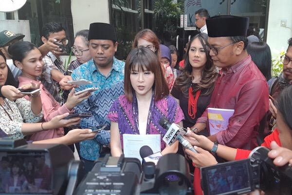 Ketua Umum Partai Solidaritas Indonesia (PSI) Grace Natalie (tengah) memberikan keterangan kepada wartawan usai bertemu dengan Komisi Nasional Anti Kekerasan terhadap Perempuan (Komnas Perempuan) untuk mengadukan sulitnya kader perempuan ikut serta dalam kontestasi politik, di Gedung Komnas Perempuan, Jakarta, Senin (19/11). - Bisnis/Jaffry Prabu Prakoso