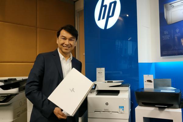 Presiden Direktur PT HP Indonesia David Tan berpose dengan produk laptop dan printer HP - Bisnis/Dhiany Nadya Utami