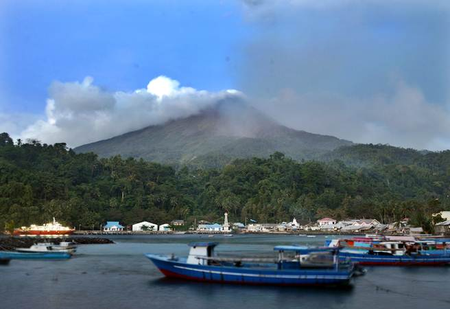 Asap putih keluar dari puncak Gunung Karangetang di Kabupaten Kepulauan Sitaro, Sulawesi Utara, Rabu (6/2/2019). - ANTARA/Adwit B Pramono