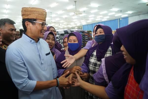 Cawapres nomor urut 02 Sandiaga Salahuddin Uno menyapa para pekerja di pabrik sarung cap Gajah Duduk, Selasa (12/02/2019) - ist