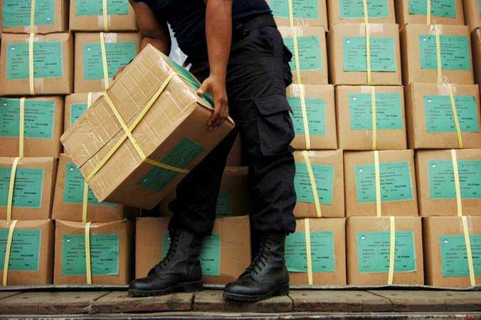 Petugas mengangkat kardus berisi surat suara Pemilu 2019 - ANTARA/Oky Lukmansyah