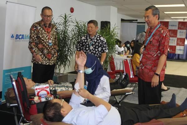 Presiden Direktur & CEO PT Asuransi Jiwa BCA Life (BCA Life) Rio Winardi (dari kiri) bersama Direktur & CDO Honggo Djojo, dan Direktur & COO) Yannes Chandra, menyapa karyawan saat donor darah, di Jakarta, Rabu (18/7/2018). - JIBI/Endang Muchtar
