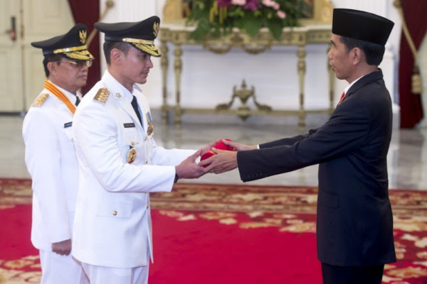 Presiden Joko Widodo melantik Zumi Zola dan Fachrori Umar sebagai Gubernur dan Wakil Gubernur Jambi di Istana Kepresidenan, Jakarta, Jumat (12/2/2016). - Antara