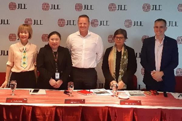 (Kiri ke kanan) Head of Retail JLL Cecilia Santoso, Head of Markets JLL Angela Wibawa, Country Head JLL James Allan, Head of Advisory JLL Vivin Harsanto, dan Head of Research JLL James Taylor usai acara Media Briefing di Jakarta, Rabu (13/2 - 2019).