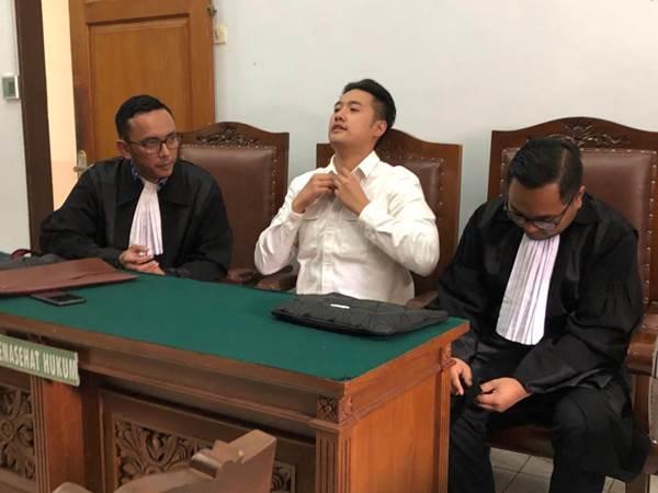 Richard Muljadi (tengah) sebelum majelis hakim memutuskan penundaan pembacaan putusan karena Ketua Majelis Hakim sakit dan tidak dapat digantikan, Kamis (14/2/2019). - Bisnis/Sholahuddin Al Ayyubi