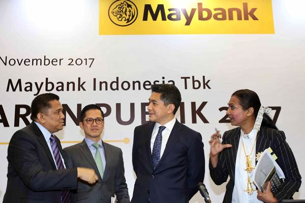 Direktur Utama PT Bank Maybank Indonesia, Tbk Taswin Zakaria (kedua kanan) berbincang dengan Direktur Thila Nadason (dari kanan), Direktur Eri Budiono dan Direktur Irvandi Ferizal seusai paparan kinerja di Jakarta, Kamis (9/11). - JIBI/Abdullah Azzam