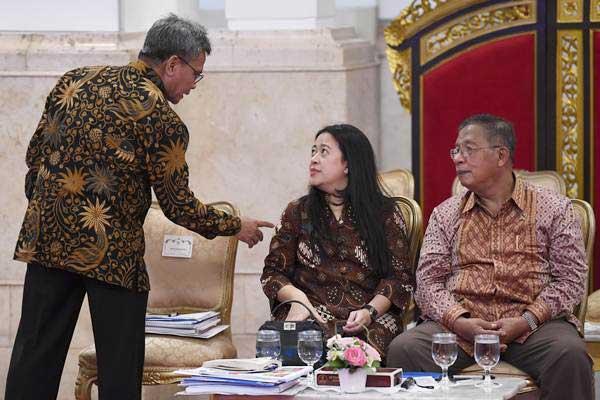 Menko Perekonomian Darmin Nasution (kanan) berbincang dengan Menko PMK Puan Maharani (tengah) dan Juru Bicara Presiden Johan Budi (kiri). - ANTARA/Puspa Perwitasari