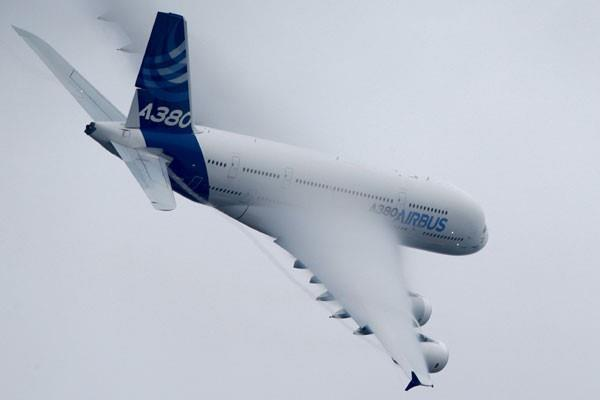 Airbus A380, pesawat penumpang jet terbesar di dunia, membuat pusaran saat melakukan pameran terbang di Paris Air Show ke 51 di bandara Le Bourget dekat Paris, Kamis (18/6/15). - Reuters