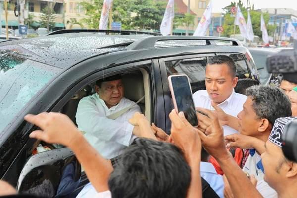 Calon Presiden nomor urut 02 Prabowo Subianto dikerubuti jamaah yang ingin bersalaman sesaat setelah menunaikan Salat Jumat di Masjid Kauman Semarang. - Media Center Prabowo/Sandi