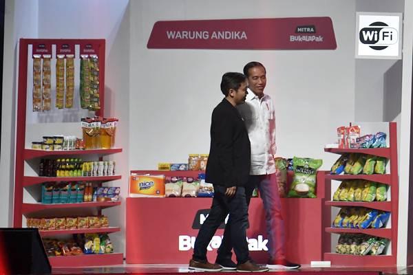 Presiden Joko Widodo (kanan) didampingi Founder dan CEO Bukalapak Achmad Zaky meninjau stan warung mitra Bukalapak saat Perayaan HUT ke-9 Bukalapak di Jakarta, Kamis (10/1/2019). - ANTARA/Puspa Perwitasari