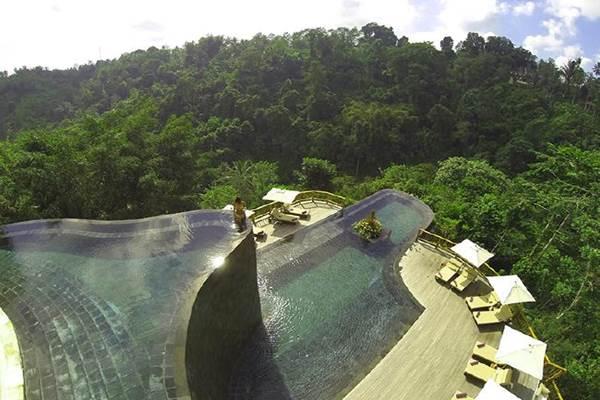 Kolam renang unik mirip taman gantung di Ubud, Bali Indonesia. - news.com.au