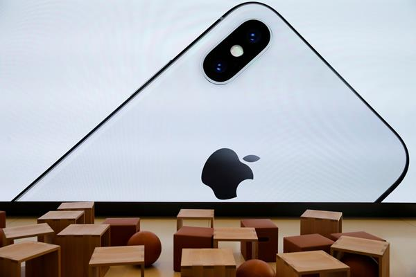 iPhone X muncul di layar video raksasa di Apple Visitor Center di Cupertino California Amerika serikat, 17 November 2017. - Reuters