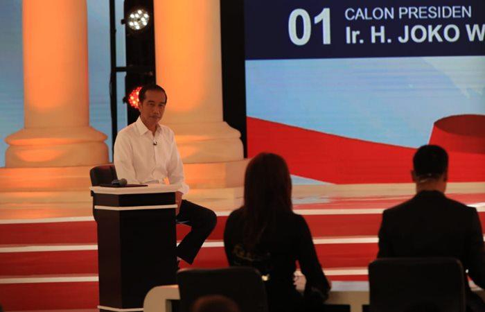 Calon presiden Joko Widodo menyimak pertanyaan dalam debat capres 2019 putaran kedua. Bisnis - Nurul Hidayat