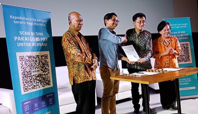 Aldi Haryopratomo, CEO Go-Pay (kedua dari kiri) dan Timotheus Lesmana, Ketua Badan Pengurus Filantropi Indonesia (kedua dari kanan) menandatangani kolaborasi antara GO-PAY dan Filantropi Indonesia. Penandatanganan kolaborasi ini disaksikan oleh Dr. Marjuki, M.Sc., Staf Ahli Menteri Sosial Bidang Aksesibilitas Sosial (paling kiri) dan Erna Witoelar, Co-Chair Filantropi Indonesia (paling kanan), Senin (18/2/2019) - Bisnis/Deandra Syarizka