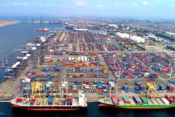 Suasana bongkar muat peti kemas di Jakarta International Container Terminal, Tanjung Priok, Jakarta - Bisnis/Abdullah Azzam