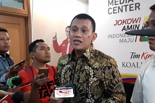 Wakil Ketua Tim TKN Jokowi-Ma'ruf, Abdul Kadir Karding saat diwawancarai wartawan di Posko Cemara TKN Jokowi-Ma'ruf, Senin (18/2/2019). (Aziz Rahardian - Bisnis).