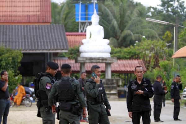 Tentara Thailand berjaga-jaga di kuil yang menjadi lokasi penyerangan terhadap para biksu Budha oleh orang tak dikenal di Su-ngai Padi, Provinsi Narathiwat, Thailand, Sabtu (19/1/2019). - Reuters/Surapan Boonthanom