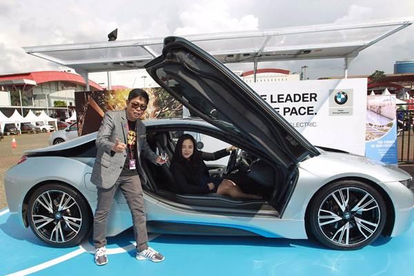 Vice President Corporate Communications BMW Group Indonesia Jodie O'tania (kanan), dan Direktur PT Dyandra Promosindo Hendra Noor Saleh, berfoto seusai mengisi daya listrik BMW i Wallbox Plus saat Festival Mobil Listrik di ajang Indonesia International Motor Show (IIMS) 2018 di Jakarta, Jumat (20/4/2018). - JIBI/Dwi Prasetya