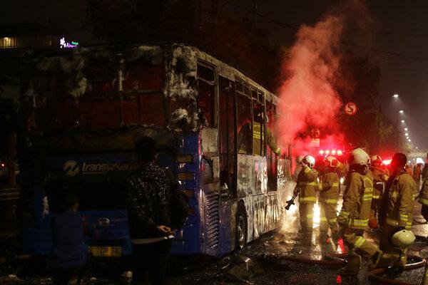Petugas melakukan pendinginan seusai memadamkam api pada Bus Transjakarta yang terbakar di Jalan Pos Besar, Pasar Baru, Jakarta, Senin (18/2/2019). Penyebab kebakaran Bus Transjakarta tersebut masih dalam tahap penyelidikan petugas. - Antara/Rivan Awal Lingga