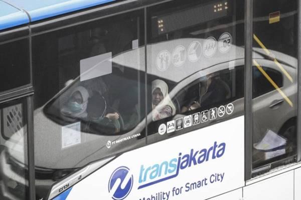 Penumpang di dalam bus Transjakarta saat melintas di jalan Jenderal Sudirman, Jakarta, Selasa (7/8/2018). - Antara