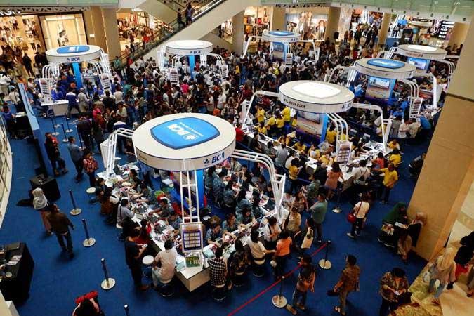 Pengunjung mencari informasi tiket penerbangan pada pameran Singapore Airlines - BCA Travel Fair 2019 di Jakarta, Jumat (15/2/2019). - Bisnis/Dedi Gunawan