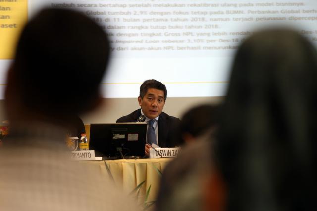 Presiden Direktur PT Bank Maybank Indonesia Tbk (Maybank Indonesia)Taswin Zakaria (kanan) memberikan keterangan saat acara paparan kinerja Maybank Indonesia full year 2018 di Jakarta, Senin (18/2). - Bisnis - Abdullah Azzam