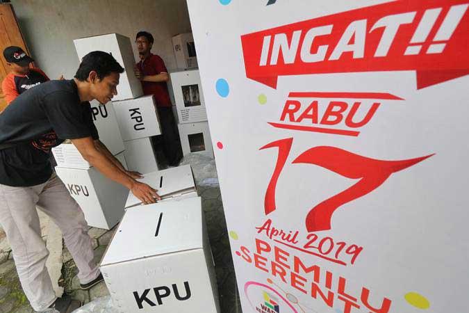Pekerja merakit kotak suara pemilu berbahan baku karton di kantor Komisi Pemilihan Umum (KPU) Kota Kediri, Jawa Timur, Jumat (1/2/2019). - ANTARA/Prasetia Fauzani